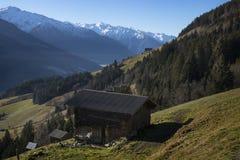 Choza con una opinión sobre las montañas nevosas, el Tirol Austria Imagenes de archivo