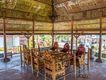 Choza cubierta con paja tradicional en Bali para las reuniones religiosas imagen de archivo