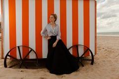 Choza de la arena del sol de la mujer, De Panne, Bélgica fotos de archivo libres de regalías