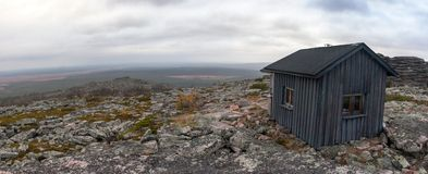 Choza de la emergencia en tundra en el parque nacional de Urho Kekkonen Fotos de archivo