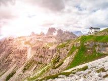 Choza de la montaña de Auronzo, aka Rifugio Auronzo, en Tre Cime masivo, dolomías, Italia Imagenes de archivo