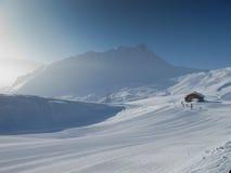 Choza de la montaña en cuesta del esquí Fotografía de archivo libre de regalías
