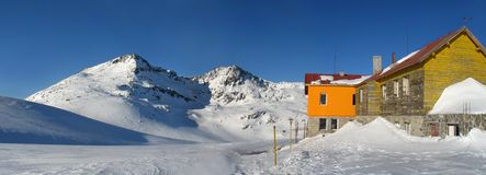 Choza de la montaña en el invierno Fotos de archivo