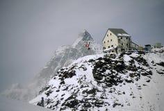 Choza de la montaña, tormenta del invierno Foto de archivo libre de regalías
