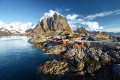 Choza de la pesca en la primavera - Reine, islas de Lofoten, Noruega Fotografía de archivo libre de regalías