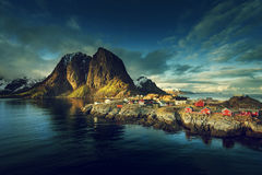 Choza de la pesca en la puesta del sol de la primavera - Reine, islas de Lofoten Imagen de archivo