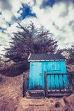 Choza de la playa contra el cielo dramático Imágenes de archivo libres de regalías