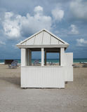 Choza de la playa del cielo azul Fotos de archivo libres de regalías