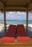 Choza de la playa en la isla tropical imagen de archivo libre de regalías