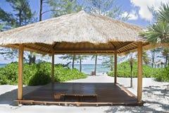 Choza de la playa en la isla tropical fotos de archivo