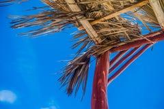 Choza de la playa por el mar fotos de archivo libres de regalías