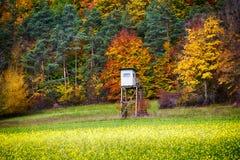 Choza de los cazadores delante del bosque colorido en la caída Imagen de archivo libre de regalías