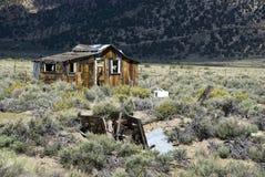 Choza de madera abandonada y dañada en la pradera de California Imagen de archivo