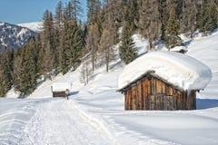 Choza de madera de la cabina en el fondo de la nieve del invierno Fotografía de archivo libre de regalías