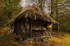 Choza de madera en el día soleado del otoño, montaña de la montaña de Radocelo Imagen de archivo libre de regalías