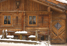 Choza de madera en invierno Fotos de archivo libres de regalías