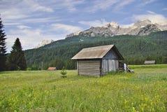 Choza de madera en Valgrande, Comelico, en las dolomías Foto de archivo libre de regalías