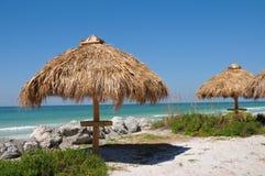 Choza de Tiki en la playa Imagen de archivo libre de regalías