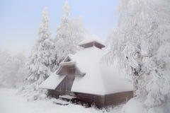 Choza del bosque cubierta con nieve Foto de archivo
