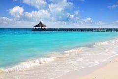 Choza del embarcadero de la playa del truquoise del mar del Caribe Foto de archivo libre de regalías