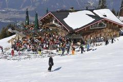 Choza del esquí por completo de esquiadores Imagen de archivo