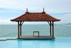 Choza del estilo tradicional en la piscina de la opinión del mar Imágenes de archivo libres de regalías