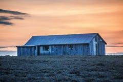 Choza del hierro acanalado en la puesta del sol imágenes de archivo libres de regalías