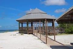 Choza del octágono en la playa en la llave de los amantes imagen de archivo libre de regalías