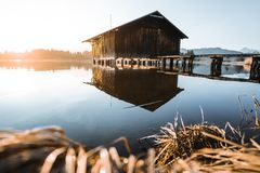 Choza del pescador en el lago Hopfensee foto de archivo libre de regalías
