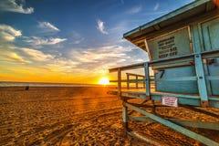 Choza del salvavidas en Malibu en la puesta del sol imagenes de archivo