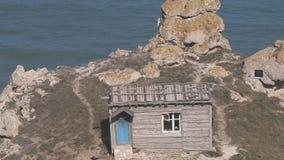 Choza del verano del pescador en el cabo de piedra almacen de video