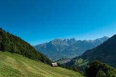 Choza delante de las montañas Imagen de archivo