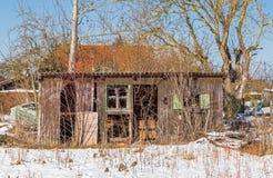 Choza dilapidada vieja en la nieve Fotos de archivo libres de regalías