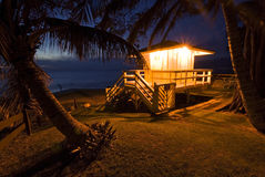 Choza en el crepúsculo, Maui, Hawaii del guardia de vida Imagenes de archivo
