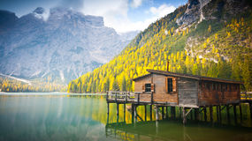 Choza en el lago Braies en otoño Foto de archivo
