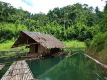 Choza en el río Foto de archivo libre de regalías