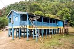 Choza en pilas de madera en pueblo en selvas Imagenes de archivo