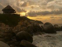 Choza en una colina en la puesta del sol Fotos de archivo