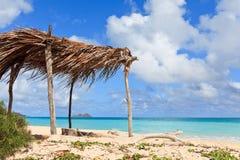Choza en una playa tropical Imágenes de archivo libres de regalías