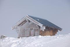 Choza escarchada del invierno Fotos de archivo libres de regalías