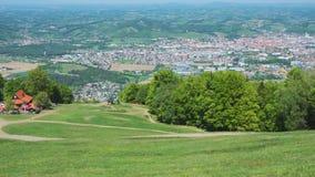 Choza Luka de la montaña en Pohorje con la ciudad de Maribor en el fondo almacen de metraje de vídeo