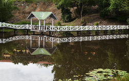 Choza por un lago Imagen de archivo libre de regalías
