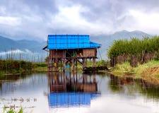 Choza que flota en el lago Inle Imagenes de archivo