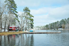 Choza roja de la pesca por el lago Imagen de archivo libre de regalías