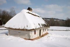 Choza rural vieja bajo la nieve Foto de archivo