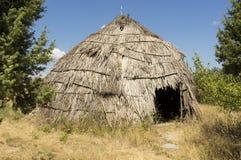 Choza tradicional de la paja en el país griego Fotos de archivo libres de regalías