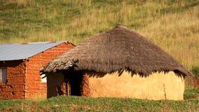 Choza tradicional del tejado de la hierba en QwaQwa Fotografía de archivo libre de regalías