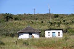 Choza tradicional del tejado de la hierba en QwaQwa Imagenes de archivo