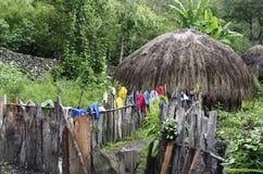 Choza tradicional en un pueblo de montaña indonesio Imagen de archivo