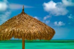 Choza tropical de la playa con las nubes y el océano de Timelapse Imagenes de archivo